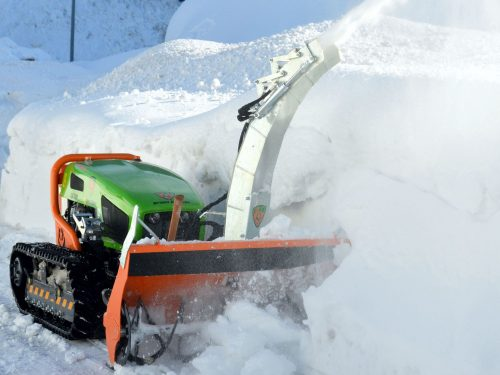 Schneefräse an Funkraupe