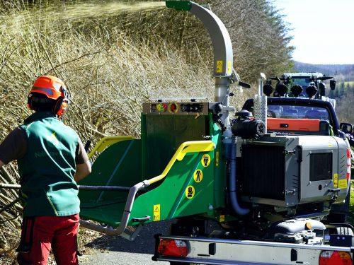 HS Holzhacker mit Drehkranz auf PKW-Fahrwerk